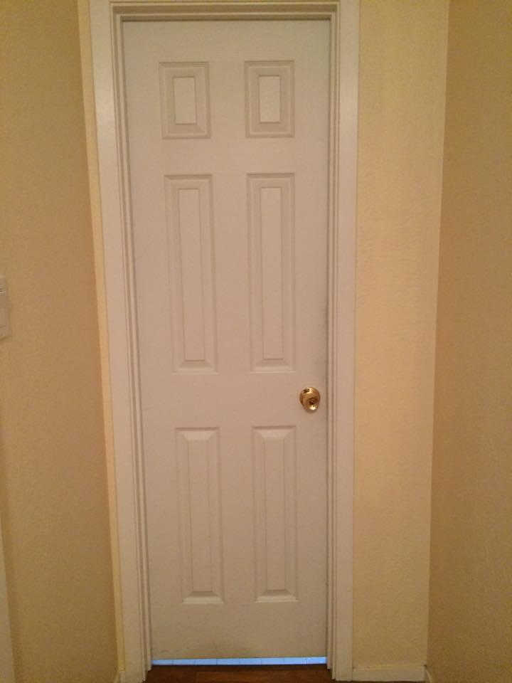 Bathroom door image--Do you mind? I'm reading!